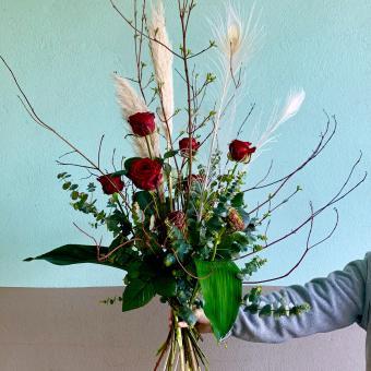 Asymmetrischer Strauß mit roten Rosen